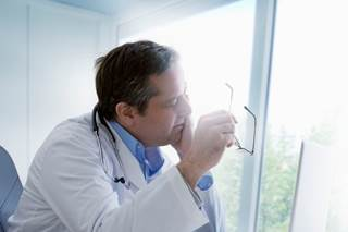 Physicians are recommended to use the ICARE method when communicating with patients.